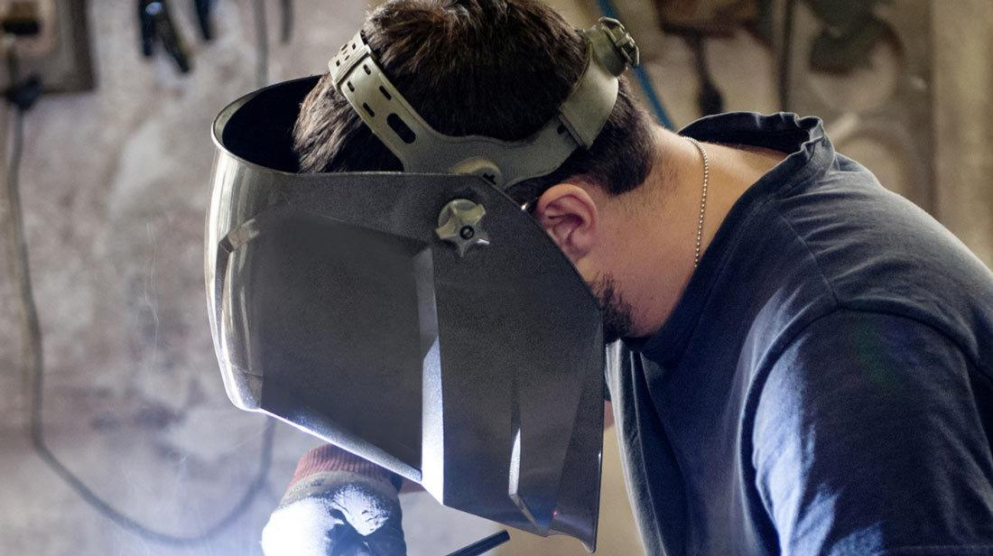What are the benefits of the metal visor?